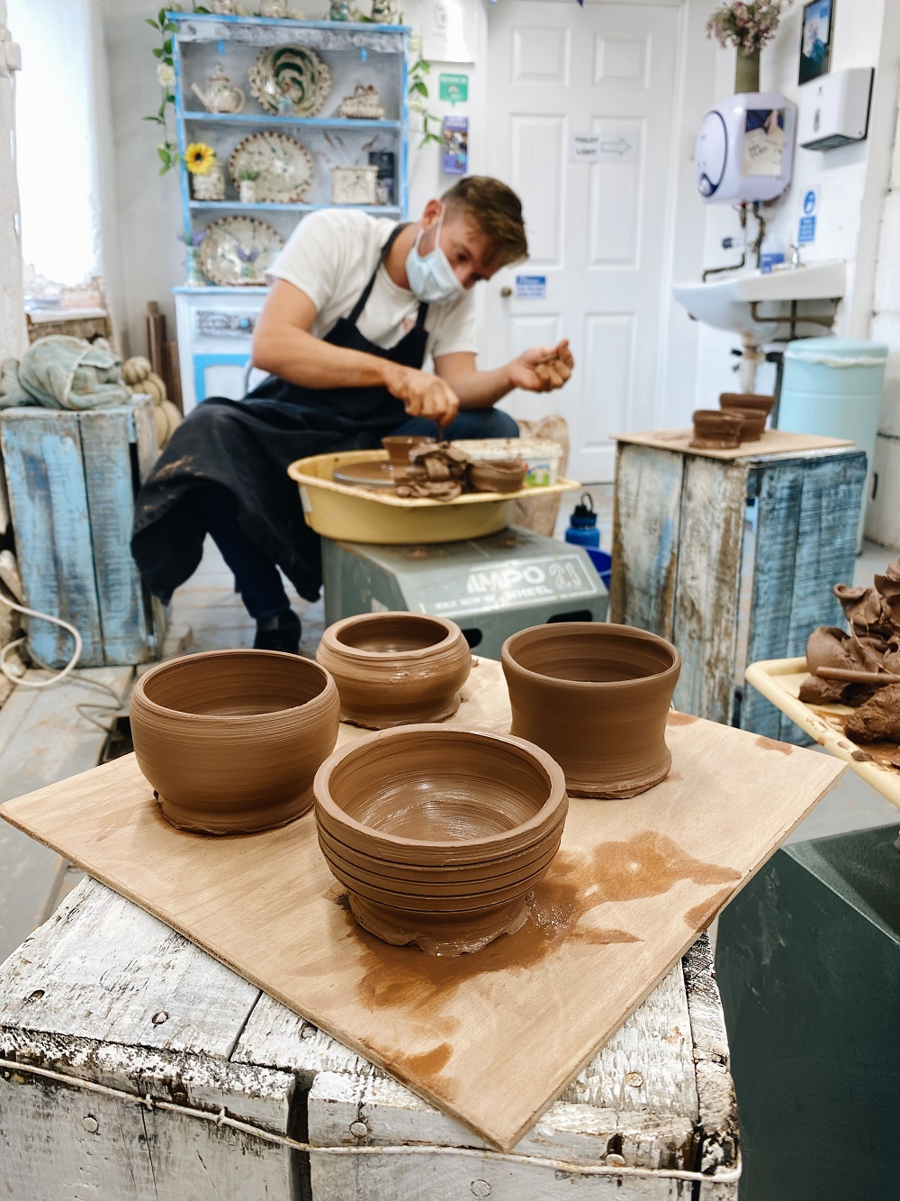 potter's wheel course participant making pottery on the potter's wheel